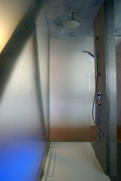 Gläserner Duschbereich mit Boden bündiger Duschtasse